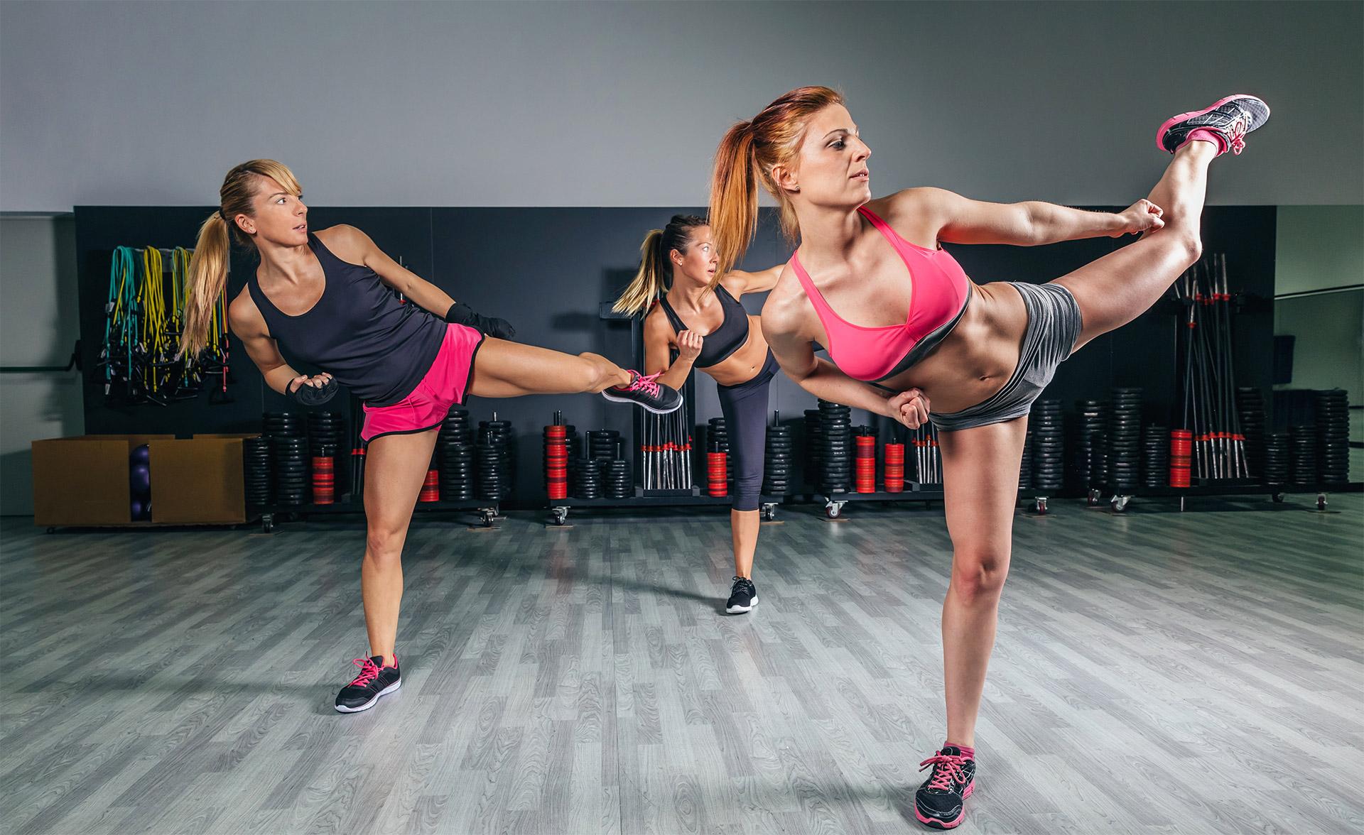 Trzy kobiety trenujące aerobik